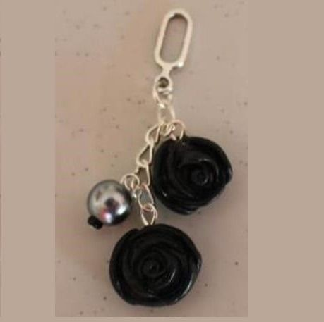 Pendentif 2 roses noires, châinette argentée : Pendentif par ludifimo