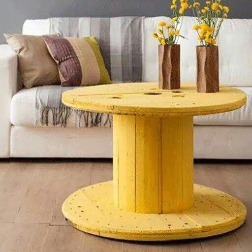 Mesinha de carretel de madeira...amarela e cheia de graça! ^_^