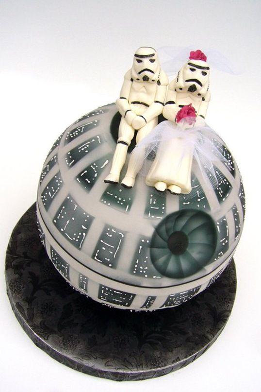 Die Hochzeitstorte für den Star Wars-Fan. Eine wirklich schöne Idee, auch wenn du Zukünftigen nicht besonders glücklich schauen.