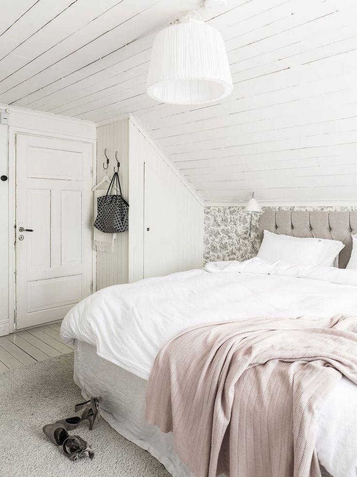 Marias och Peters sovrum går i milda toner och har sängen placerad under snedtaket. Sängkläder, Beach House Company. Pläd, MQ. Tapeten är köpt på Tapetmagasinet. Sänggavel, trendrum.se. Matta, Mio. Maria har planerat in så många garderober som möjligt. Bästa lösningen blev att skapa en kombinerad tvättstuga/badrum med gott om plats för förvaring. I dag njuter hon varje dag av den ordning och reda som garderoberna bidragit med.