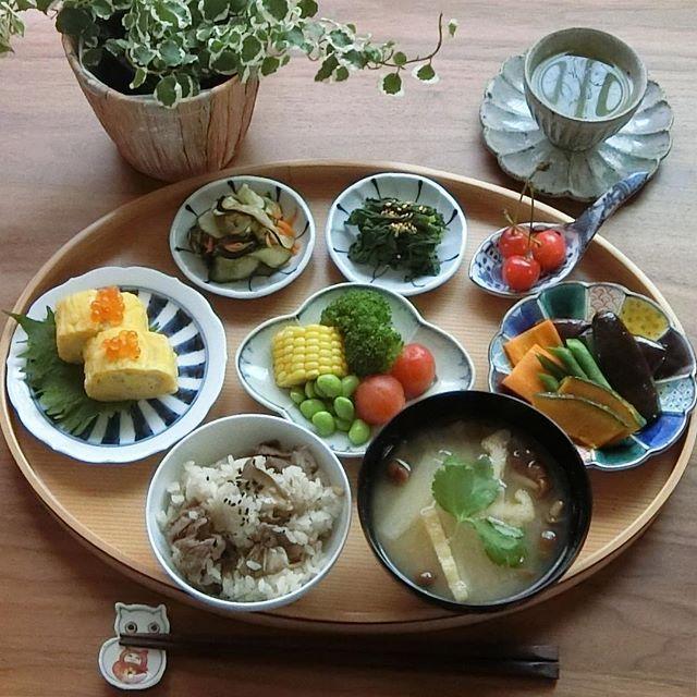 2017.7.6(木) 牛肉と舞茸の炊き込みご飯です。 「毎朝こんなに食べているんですか?」と 時々聞かれますが、夫は更にお代わりを しました。 炊き込みご飯が大好きで若い頃は朝から 三膳は食べていましたよ。 . 木曜日、今日も頑張りましょう♫ . ⁂ 牛肉と舞茸の炊き込みご飯 ⁂ 大根なめこあげのお味噌汁 ⁂ しらす入り出汁巻き玉子 ⁂ 夏野菜の盛り合わせ ⁂ 野菜の揚げ浸し ⁂ 茄子胡瓜茗荷人参の一夜漬け ⁂ 春菊のおひたし ⁂ さくらんぼ . . #おうちごはん #お家ごはん #いえごはん #家庭料理 #献立#料理記録 #料理日記 #料理写真 #豊かな食卓 #雨の日の晴れごはん #ワンプレート朝ごはん #器#クッキングラム #デリスタグラマー #食べ部CP #おーいお茶 #日本っていいね #ワンプレごはん #健康ごはん #丁寧なくらし #instafood #foodpic #foodgasm #foodphoto #foodlover #breakfast #fitfoodieslife