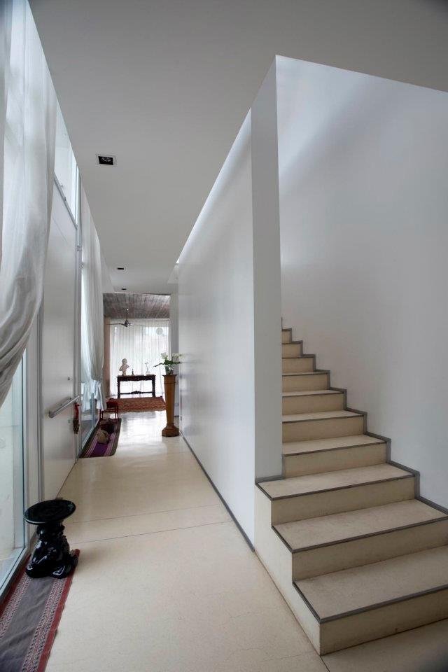 Casa blanca detalle acceso y escalera a planta alta - Escaleras blancas ...