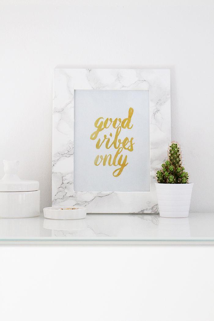 Eine einfache Anleitung für schöne DIY Marmor Bilderrahmen und sechs schöne gratis Prints zum Ausdrucken für dein Zuhause.