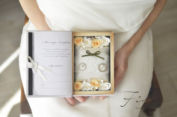 2人の名前と挙式日が刻まれたブックボックスに結婚誓約書とリングピローを♪。フィーノ・オリジナルプロデュース ♪ブック製造からフラワーアレンジまで、全ての行程を完全プロデュース^^二人のお名前と挙式日が印字された、世界にひとつだけのブックボッ