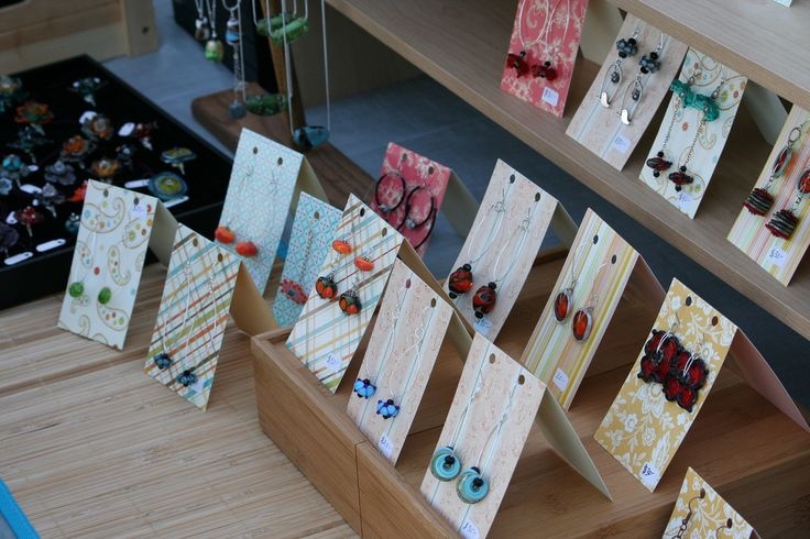 Nice: earrings display and packaging idea, using paper scraps. #jewelry #jewellery #packaging