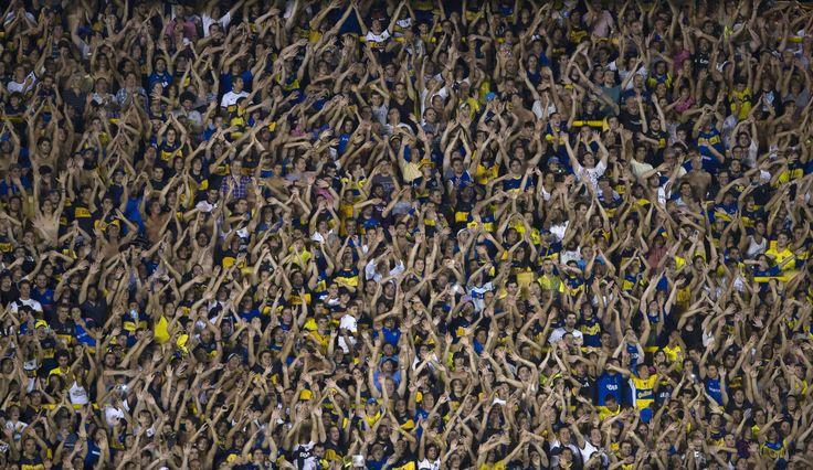 BOMBONERA A PLENO. La hinchada de Boca Juniors delira animando a su equipo durante el partido del Grupo 5 contra el Zamora de Venezuela que se jugó en la Bombonera por la Copa Libertadores 2015. Boca ganó por 5-0. (AFP)