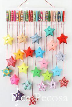 Haz un calendario de Adviento DIY con un trozo de madera, pinzas de la ropa y cajitas de papel con forma de estrella