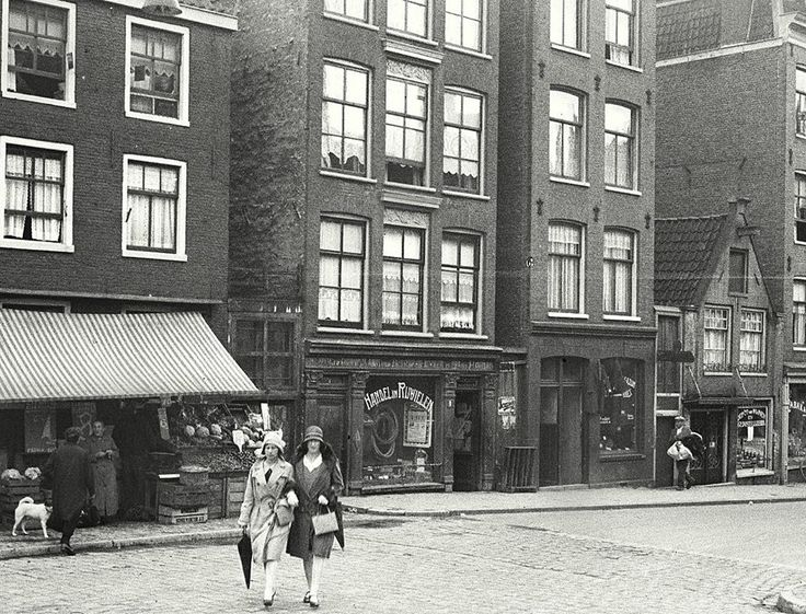 1930. A view of the Willemsstraat in the Jordaan in Amsterdalm seen from the Brouwersgracht in the direction of the Eerste Goudsbloemdwarsstraat. The Willemsstraat is a street and former canal located between the Brouwersgracht and Lijnbaansgracht. Before the Willemsstraat was filled in, in 1857, it was called the Goudsbloemgracht. The latter canal was constructed when, in 1612, the Brouwersgracht was dug. Photo Stadsarchief Amsterdam / Nico Swaager. #amsterdam #1930 #Willemsstraat #Jordaan