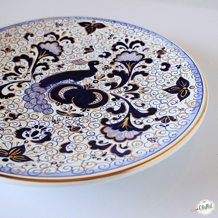 Splendido e prezioso piatto decorativo in ceramica con disegno di pavone e ricami in oro. Questo piatto impreziosirà il vostro arredamento come splendido centrotavola o appeso alla parete. Un regalo importante e splendido per tutti gli amanti delle cose belle, nel segno di una delle grandi tradizioni ceramiche italiane.