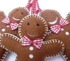 I'm in love with these felt gingerbread men decorations by chicgeekchick