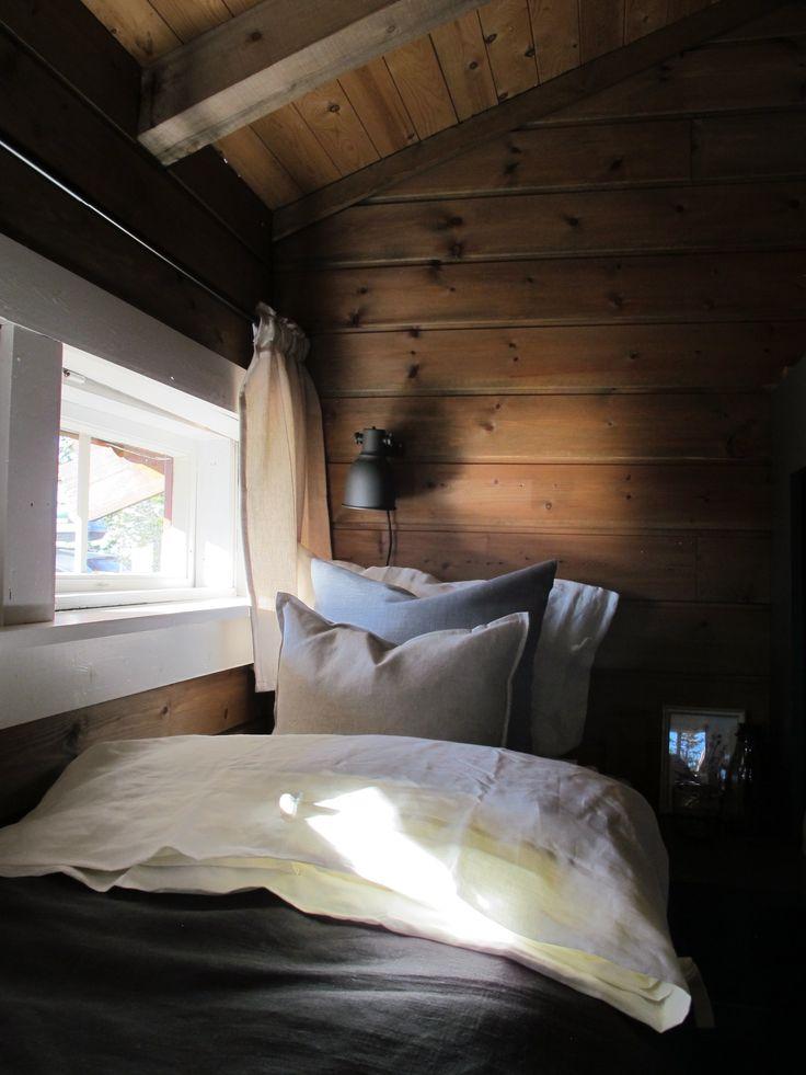 Hytte, interiør, seng, pynteputer, linsengetøy, linsengeteppe, hyttegardiner, ikea hektar, jotun valnøtt, ikea gardiner, stemning