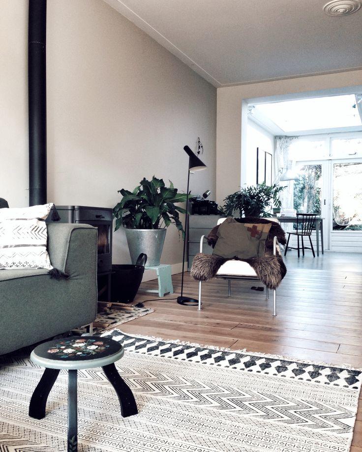 Een lange smalle woonkamer is lastig in te richten. Door de lengte optisch te doorbreken met de stoel en de planten en niet alle meubels tegen de wand aan te plaatsen creëer je een ruimtelijker gevoel ||  villa d'Esta's interieuradvies & styling