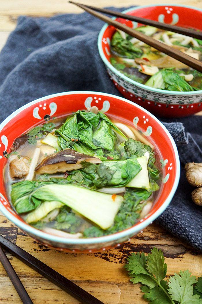 Super Lecker! Klassische Asiatische Suppe (Hotpot) mit Udon Nudeln Kräuterseitling, Austernpilze oder Shiitake-Pilze und Pak Choy, Vegetarisch, Vegan, Einfache, Schnelle Rezepte aus frischen Zutaten, Elle Republic