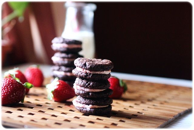 Homemade Strawberry Oreos... Yes, please!
