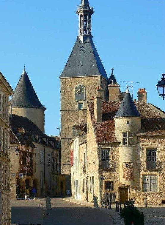 La tour de l'Horloge Place Saint Lazare à Avallon