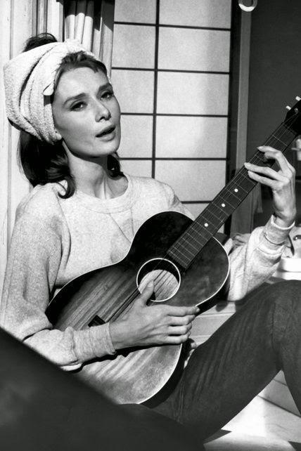 """Audrey Hepburn cantando """"Moon River""""  en """"Desayuno con Diamantes"""" con un turbante"""