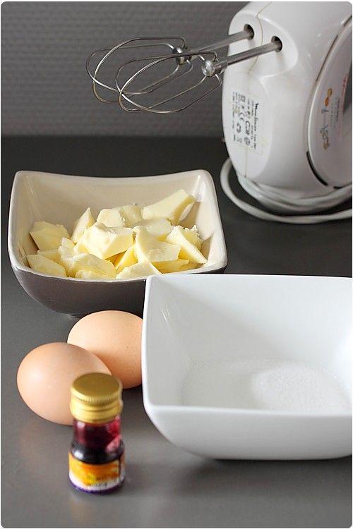 Cette crème au beurre à la meringue Suisse est une excellente recette de glaçage pour gâteau. Elle me sert également à la réalisation de boules de chocolat