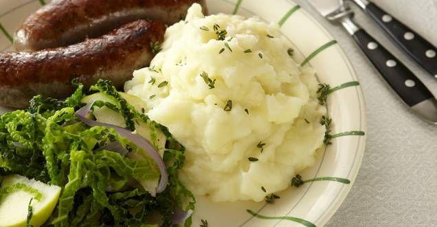 De flesta människor älskar potatismos. Men det är en konst att göra en god och bra sådan. Här får du alla tips du behöver för att lyckas med det perfekta moset! 1. Salta vattnet När potatisen kokar sväller stärkelsegranulerna och absorberar vattnet och saltet. Då behöver du inte lägga till så mycket i slutet, och din slutprodukt kommer att vara välkryddad. 2. Lägg i kallt vatten Täck potatisen med kallt vatten, tillsätt salt, värm till det börjar koka och låt det sedan sjuda. Lägger du…