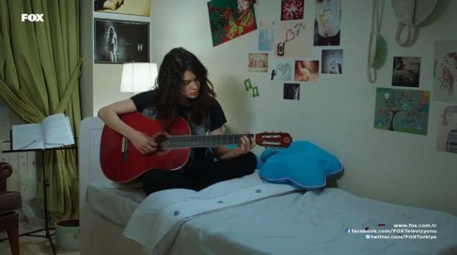 Selinimiz gitarda çalıyor
