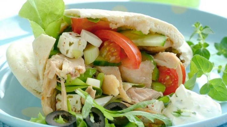 SUNT OG BILLIG: Pitabrød med kylling, og gresk salat - kjapp, billig og sunn middag!