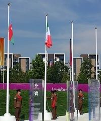 la bandiera italiana sventola al villaggio