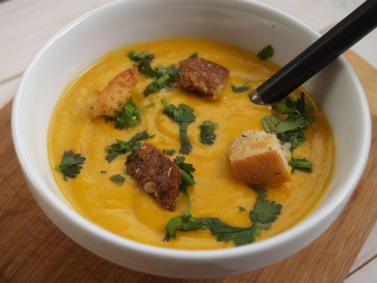 Een romige vegetarische pompoensoep voor de lunch of als maaltijdsoep voor 's avonds. Deze lekkere herfstsoep moet je zeker proberen. Hier staat het recept.