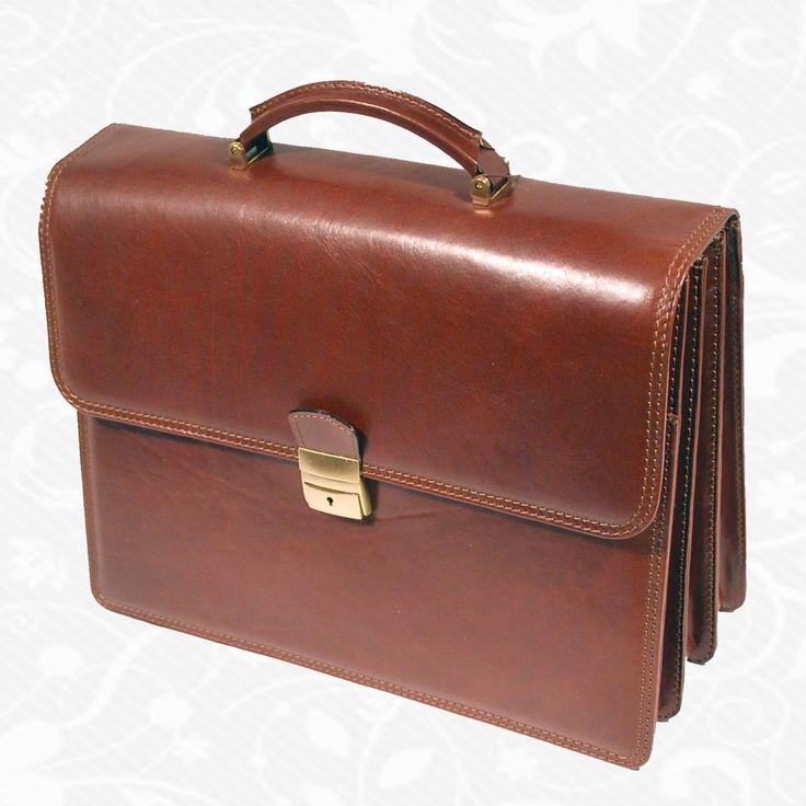 Kožená aktovka z kvalitnej a odolnej kože. Aktovka je plochá taška slúžiaca ako elegantné púzdro na uloženie rôznych spisov a dokumentov. Aktovka obsahuje držadlo, ktoré umožňuje aktovku niesť v ruke.Klopňa (časť ktorou sa aktovka uzatvára) sa zaisťuje aktovkovým zámkom.  http://www.vegalm.sk/produkt/kozena-aktovka-c-8340/