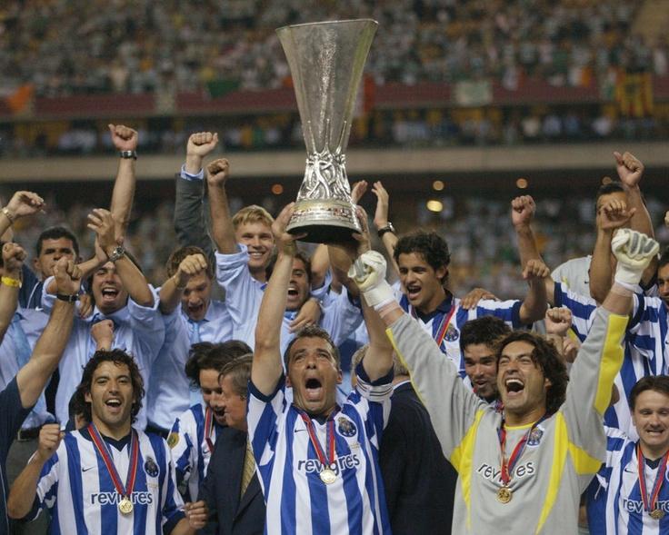 El capitán del FC Porto, Jorge Costa (centro) muestra jubiloso el trofeo de vencedores de la Copa de UEFA tras la final disputada en Sevilla