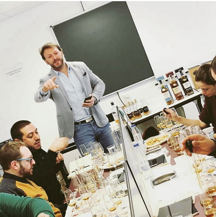Formación Camara de Comercio con los compañeros y alumnos del curso Superior de Destilados y Bar Master. Muchas gracias por abrirnos las puertas. . . . . #malt #singlemalt #brandclass #brandambassador #chivasregal #chivaswhiskylab #Scotchwhisky #blended #blendedscothwhisky #scottishwayakademi #theglenlivet #singlemalt #malt #Royalsalute #barman #bartending #bartender #bartenderlife #mixologia #cocktailtime #cocktails #drinkstagram #PernodRicard #instamoment #formacion #Madrid #instagood…