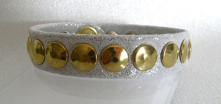 Lederarmband mit Rein-Messing Doppeltnieten.  Wickelarmband mit Druckknopf Silberglitzerndes Leder.  Ganz schickes Lederarmband schön zu kombinieren mit Echtschmuck aus Gold und Silber. Große engsitzende Messing-Doppeltnieten. Handwäsche mit Lederseife möglich.