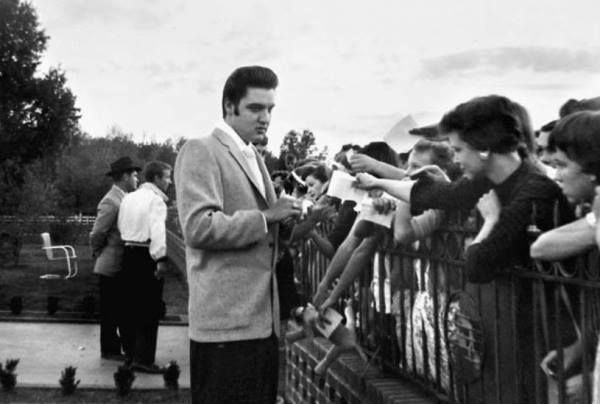 Elvis and fans in the carport and backyard at Audubon Dr. in Memphis - July 4, 1956. Photo ©, Al Wertheimer. All rights reserved.