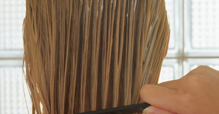 Cómo hacer un corte medio a tu propio cabello mediante una cola de caballo en la cima de la cabeza. Cortar el cabello mediante una cola de caballo ahorra tiempo y dinero ya que te permite hacerlo en casa. Si tienes unas tijeras de peluquería afiladas disponibles, el corte es increíblemente fácil de hacer y toma unos segundos. Realiza siempre este corte justo después de lavar y acondicionar tu cabello cuando aun no esté seco o se hayan formado ...