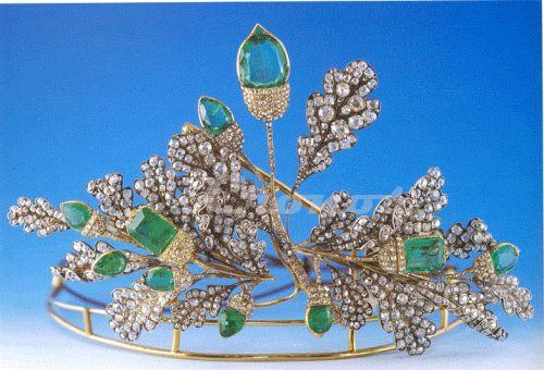 An oak tiara with emerald and gold acorns.