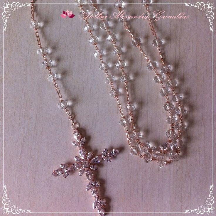 Terço em lindos cristais alto brilho, com crucifixo de zirconias . <br>Folheação em rosée, prata, ouro champagne e ouro negro.