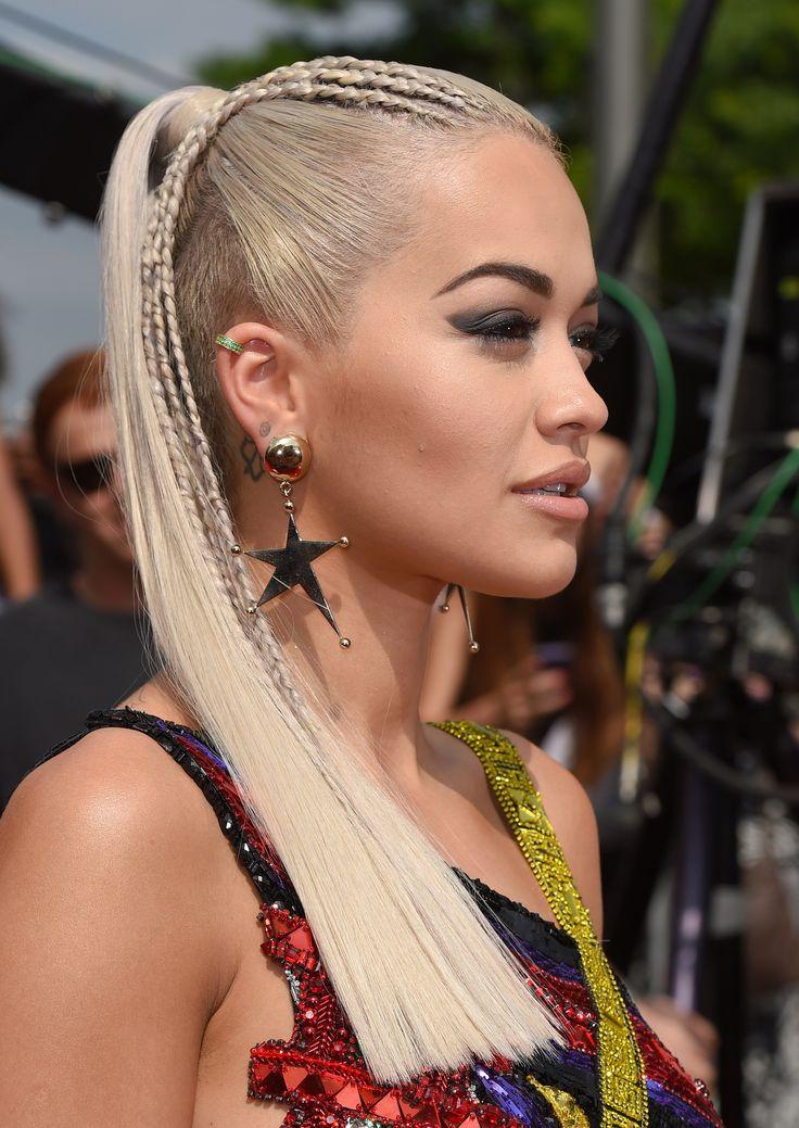 La sofisticatissima ponytail di Rita Ora ha due piccoli dettagli che devi notare: un taglio netto e regolare delle punte e delle mini trecce solo su un lato che danno movimento al superliscio. Una bella idea per i capelli raccolti.  -cosmopolitan.it