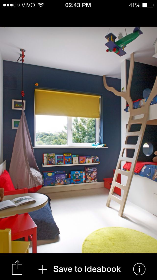 Ideia para aproveitar espaços: prateleiras de livros embaixo da janela