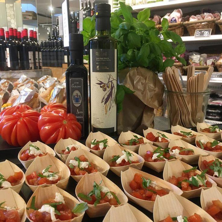 🍅 Kom forbi vores gourmetsupermarked på Nordre Toldbod 16, og smag vores tomatsalat lavet på solmodne franske tomater, italiensk burrata, hertil en enkel vinaigrette af italiensk balsamico fra Pedroni og økologisk græsk olivenolie fra Eleones Messinias 🍅  #løgismose #nordretoldbod #loegismose #løgismosebutik #vinmadogdelikatesser #gourmetsupermarket #velsmag #delikatesser #gourmet #tomater #burrata
