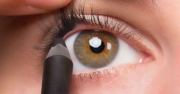 Το σωστό μακιγιάζ αναδεικνύει την ομορφιά της κάθε γυναίκας. Για να τονίσετε τα μάτια σας, η πιο σίγουρη επιλογή είναι το eyeliner και το μολύβι ματιών. Και τελικά, ίσως δεν είναι τόσο δύσκολο όσο νομίζετε. Δείτε τις παρακάτω συμβουλές για έντονα, σέξι μάτια και εφαρμόστε τις την επόμενη φορά που θα θελήσετε να κλέψετε τις …