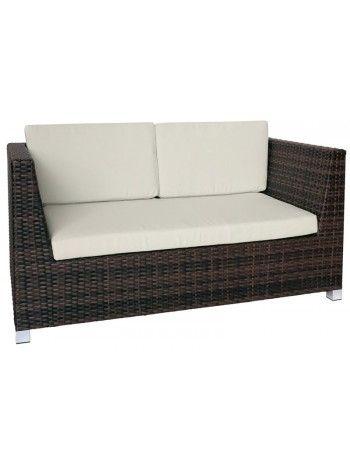 Comodo, lineare e raffinato divano 2 posti per esterno. Ideale per arredare con stile sia interni che esterni. Con struttura in midollino sintetico nei colori bianco, nero o testa di moro. Piede in alluminio e cuscini di seduta e di schienale compresoi. Volendo completare il salotto ci sono la poltrona e il tavolino abbinati a questa linea.