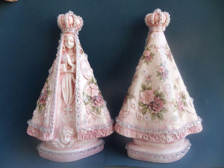 Linda e delicada imagem de N. Sra. Aparecida, com manto rosê e acabamento em strass . <br>Imagem de gesso com aplicação de decalques florais <br> <br>PREÇOS ESPECIAIS PARA LOJISTAS