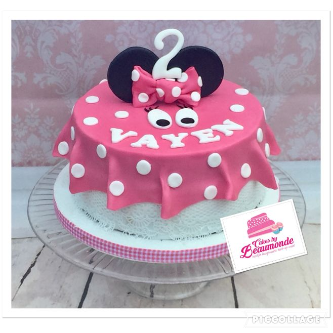 Minnie Mouse taart met 3D oren en roze 'uitwaaierende' jurk en kanten onderrok.