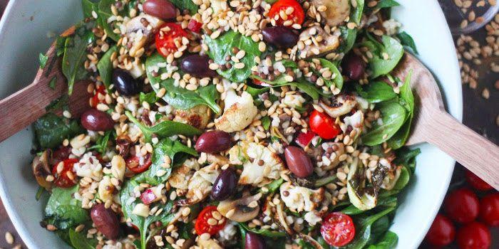 Här kommer en hälsoboost för det nya året: en riktigt stor och mättande sallad somkan varieras i det oändliga. Kombinera ihop linser eller bönor, gryn, ugnsrostade grönsaker, färska grönsaker, lite sötma från frukt och nötter.Sen är det bara att röra ihop allt och servera. Enkelt, fräscht, gott och fullproppat med nyttigheter!6 portionerServera med...