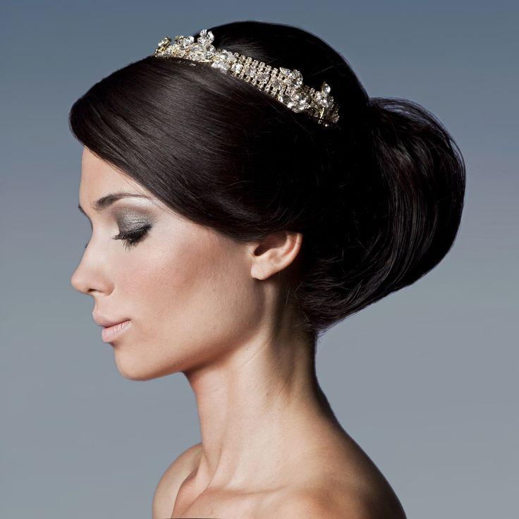 Penteado preso em coque bola, franja lateral Chanel, com tiara incrustada de pedras