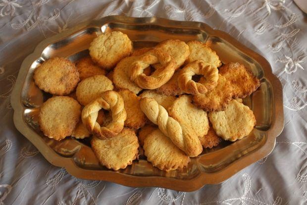ΜΠΙΣΚΟΤΑ ΜΕ ΣΤΑΚΑ Η συνταγή που σας προτείνω είναι μινιμαλιστική. Δεν έχει ούτε βανίλια, ούτε λεμόνι, ούτε πορτοκάλι, ούτε φιλέ αμύγδαλο, όπως πολλές συνταγές για μπισκότα βουτύρου. Ο λόγος είναι απλός. Θέλω να αναδείξω στο έπακρο την απίστευτα πλούσια και περίπλοκη γεύση και άρωμα της στάκας και του στακοβούτυρου.
