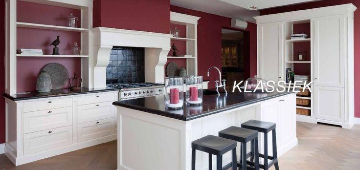 The Living Kitchen by Paul van de Kooi. Klassieke keuken, Belgisch hardsteen, MDF met profiel, More Than Classic, open schappen op keeplatten, Schouw met consoles, RAL 9003, eiland, zwarte witjes