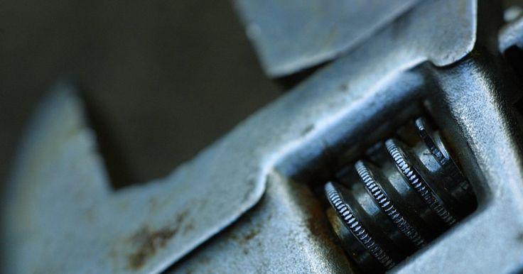 Cómo ajustar el embrague en una Nissan Frontier. Si tu camioneta Nissan Frontier tiene transmisión manual, tiene un pedal de embrague además del pedal de acelerador y el del freno. El pedal del embrague necesita seguir ciertas especificaciones para entregar fluido correctamente a la transmisión. La altura del pedal desde el piso debería estar entre las 8,7 (22,09 cm) y las 9 pulgadas (22,86 cm); ...