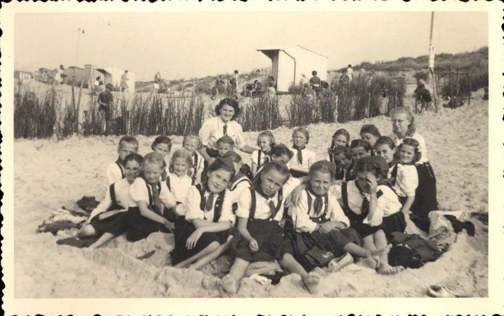 photo carte groupe jeunes filles à la plage uniformes mer vacances scout