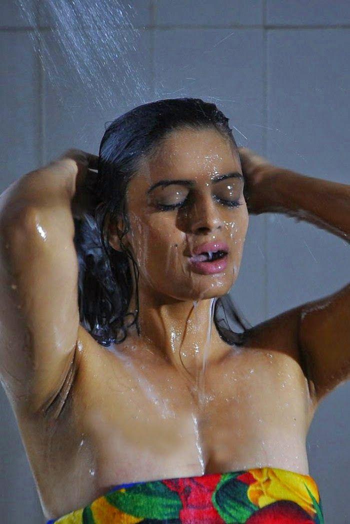 Masala Actress Reshma hot bathing scene