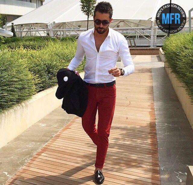 Pantalón rojo y camisa blanco