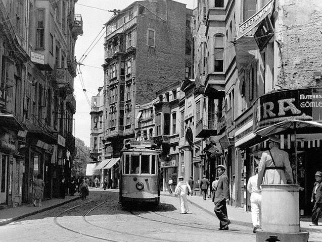 Meşrutiyet Caddesi (1945. Galatasaray) İstiklal Caddesi'nden İngiltere Konsolosluğu'na dönen yol. #Beyoğlu #istanbul